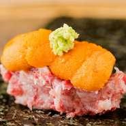 コース料理の1品目に出される「名刺代わり」とも言える一品。牛トロのコクと旨み、雲丹の甘みを有明産の海苔でクルッと巻いて、一口でいただきます。