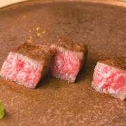 塩麹漬けにした「びらとり和牛」のサーロインをじっくり低温調理してから、高温の鉄板でパリッと焼き上げたステーキです。こうすることで適度に脂が落ちて、旨みを閉じ込めることができるといいます。