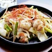ピリ辛の味付けが食欲をそそる、野菜もたっぷりの『牛ホルモン炒め』