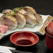 香ばしくあぶったさばに、梅肉、しそ、ごまなどを添えた『炙りさば寿司』は、ファンの多い名物料理。他にも、地元産野菜や新鮮魚介を使った料理など、同店ならではのオリジナル料理を堪能できます。