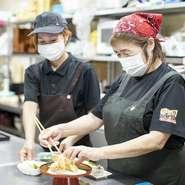 母娘鷹で厨房を切り盛りする【ファミリー処 まん風】では、女性ならではの視点を生かした料理やおもてなしが人気。丁寧に手作りする料理は家庭料理プラスアルファの味わいを意識し、くつろぎ空間で提供しています。