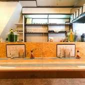 海の家をイメージした開放的な店内で、のんびり食事を楽しめる