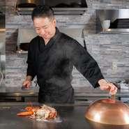 """料理人が目の前でもてなす鉄板焼のスタイルは、いつもと違う一日を演出したいときにも最適。記念日デートをはじめとした""""特別な日""""の食事にも応えてくれます。"""