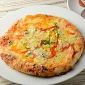 ナンをピザ生地にアレンジして焼きあげた『ナンピザ』