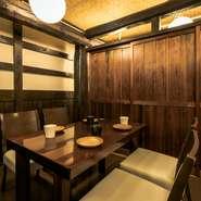 木の温もりに囲まれた個室席は居心地の良い上質なプライベートな空間。少人数様での利用も可能で2名様から最大16名様までご案内可能なお席となっております。自慢の東北各県の郷土料理を心ゆくまでお楽しみ下さい。