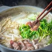 牛バラ・牛ロース・豚バラ・豚肩ロース・鍋野菜・薬味・ご飯・麺。お鍋は昆布出汁・豆乳コラーゲン・麻辣鍋・すき焼き・ジンジャー鍋の5種からお選び下さい。
