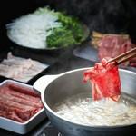 昆布が効いたお出汁にお肉をさっとくぐらせ、ポン酢と胡麻ダレでお楽しみ下さい。