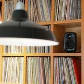 1000枚超のレコードを聴きながらくつろげる北欧調の店内