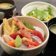 高級感のある握りやちらし寿司も、ランチタイムならお手頃価格で味わえます。茶碗蒸し・サラダ・お椀も付いて、大満足。どんなネタをいただけるかは、その日のお楽しみです。