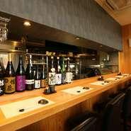 清潔感あふれるカウンターの一角には、日本酒や焼酎のボトルがずらりと並びます。季節のお酒や隠れた銘酒がそろい、新しい味に出合えるのも楽しみの一つ。好みのグラスを傾けながら、贅沢な時間を過ごせます。