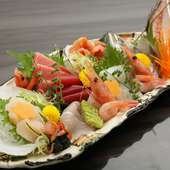 天然ものにこだわり、その日一番の鮮魚を盛り込む『お刺身盛り合わせ』