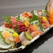 その時期にもっとも旨みを増す旬の素材を中心に、5種類以上の海鮮を楽しめる一皿。海老や貝類、光り物など、苦手な食材があればアレンジしてもらえるので安心。日本酒のお供にぴったりです。 ※写真は3人前です。