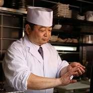 「若い方にも、ご家族連れにも気軽に足を運んでほしい」と話す曽我部さん。こだわりの寿司や旬の逸品、多彩なラインナップの日本酒などを取りそろえ、訪れるゲストをもてなします。