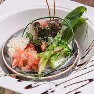 ディナーでは、県産和牛や牛フィレ肉のステーキを堪能できます。ソースはトリュフ入りの赤ワインソースで、贅沢な香りと風味を演出。広大な自然を思わせるような盛り付けも魅力の一つです。