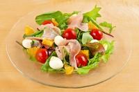 季節のフルーツに生ハムとモッツァレラを組み合わせた、絶妙なバランスの爽やかなフルーツサラダ。