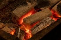 ランチ限定の営業で、お出しするのは炭火で焼かれた鰻(うなぎ)。