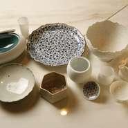 有田焼の職人とイメージを共有しながら完成した焼き物から、本物の植物を3Dスキャンした皿まで、器はほぼすべてが特注品。美しい器が、文字通り料理に華を添えます。