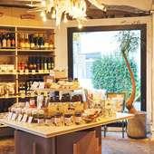 お店で使用している食材やワインが購入できるショップを併設