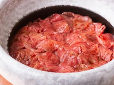 釜炊きご飯の熱で黒毛和牛をしゃぶしゃぶする、新感覚の〆の一品『牛しゃぶご飯』