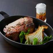 お酒だけでなく、料理もしっかりと味わえる 『京もち豚と新玉ねぎのロースト』