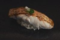 脂がのったふわふわののどぐろノドグロは、対馬で釣りあげられる最高級ブランド「赤瞳」。シャリに採用するのは「幻の米」と称される岐阜県のブランド米「美濃ハツシモ」で、大粒の食感がネタの旨みを引き立てる。