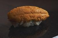 「世界一の雲丹」と称される青森県産の雲丹。「パンチのある味わいをダイレクトに味わってほしいから」と、海苔を巻かないスタイルで提供。