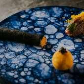 コース料理の前菜3点盛り:カニクリームコロッケ・竹炭のチュール・馬肉のタルタル