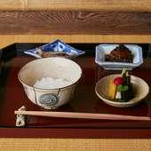 煮えばなからおこげまで楽しめる『飯物 肴3種(へしこ・鰻の山椒煮・香の物)』