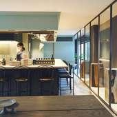 鉄板を配したオープンキッチンを囲むカウンター