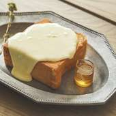 とろけるチーズにオレガノとはちみつを効かせた大人の味わい。『極厚鉄板チーズトースト』