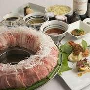 博多の鍋と言えば「もつ鍋」「水炊き」が広く知られていますが【金蔦】の『博多炊き肉鍋』は「博多の第三の鍋」と称され地元でも観光客にも人気です。インパクトのある盛り付けに目を奪われがちですが味も抜群です。