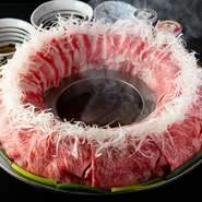 『博多炊き肉鍋』で使用するのは、地元の生産者の方が精魂込めてつくった上質な和牛。「阿蘇あか牛」や「黒毛和牛」など、至極の素材をふんだんに使ったお店こだわりの逸品です。