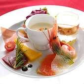 彩り豊かに「楽しさ」を表現した前菜 ※コースの一例です