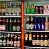 国産ビールの他、海外ビール14種(600円~)も揃う