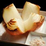 淡路産玉ねぎを鉄板の上で蒸し焼きにして、甘味を十分に引き出します。6~7月の新玉ねぎの時期の甘さはひとしお。フライドオニオンを細かく砕いて混ぜ込んだ「玉ねぎ塩」で素材の味を楽しむ【五十家】の定番。