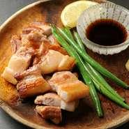 京都産のもち豚は、豚特有の匂いが抑えられ、弾力のある歯ごたえが特徴です。シンプルに塩・コショウで下味をつけ、鉄板で焼き上げると素材のうまみが引き立ちます。お好みでしょうが醤油を付けて召し上がれ。