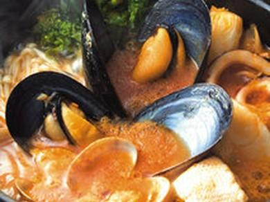 一例。「石巻鍋」の残ったスープは+300円でチーズリゾットに