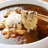 黒ゴマ使用の坦々麺と麻婆豆腐のコラボ 麻婆豆腐坦々麺(900円)