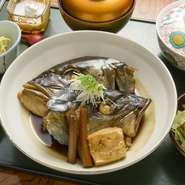 冬に旬を迎える「かんぱち」のお頭を豪快にカットし、甘めの九州醤油で煮込んでいます。身に限らず「あら」にもしっかりとした脂のり。地野菜をふんだんに取り入れた、炊き合わせや小鉢もぜひ。