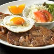 ボリューム満点な鹿篭豚焼肉ライス。卵をからめてどうぞ!