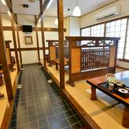 団体のお客さまも利用頂ける個室を用意しています。2階は座敷、3階はテーブル席で、50名様まで利用できます。