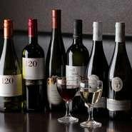 赤・白ワイン入荷致しております。チリ産ワインを中心に飲みやすい物をご用意。ボトル2500円で楽しめます。