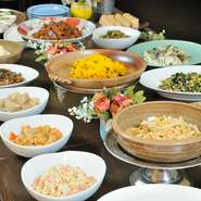 常時20種類以上の野菜中心すべて手ずくりのお惣菜にスープ、サラダ、パン又はライス、ドリンクをセットで