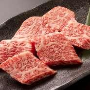 カイノミ、中落ち、トモバラなど、その日おすすめの特選国産牛。サシの入った甘みのある肉を存分に味わえます。肉だけで食べるのも美味しいですが、ご飯に乗せてパクッと頬張って至福を堪能するのもおすすめです。
