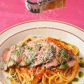 完熟トマトと生バジルのスパゲティーニ、大麦牛タリアータのせ。
