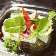 提供している品々には、厳選した食材を使っています。野菜に関しては、旬の無農薬野菜を仕入れており、素材の持つ本来の旨味を引き出した料理やメインのお肉引き立たせるものとしてふんだんに使用しています。