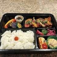 ランチタイムで提供のサーロインステーキがメインのお弁当です 焼き野菜や副菜もお楽しみ下さい