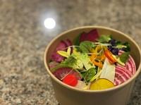 数種類の八街産野菜などを盛り込んだサラダです 添付の、灰屋ドレッシングをかけてお召し上がりください