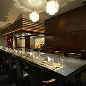 鉄板前のカウンターや個室など、利用用途で選べる洗練された空間