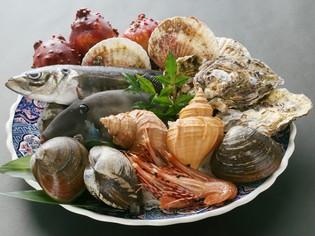 直接目で見て確認しながら、市場に並ぶ魚介を厳選